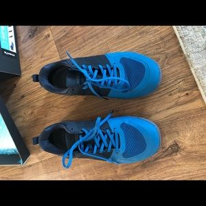 Like new Men's cross trainers with inserts